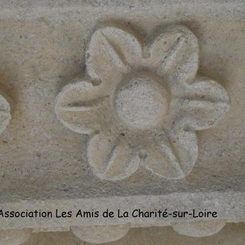 Décor floral sur le clocher des Bertranges